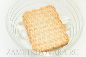 Десерт из мороженного с печеньем и джемом