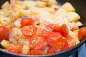 Теплый картофельный салат с курицей и помидорками черри