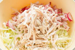 Салат из молодой капусты с курицей и редисом