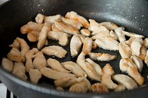 Слоеный капустный пирог с курицей и грибами