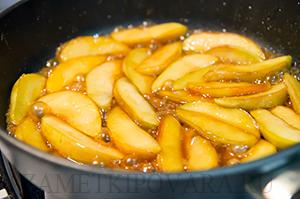 Творожная запеканка с яблоками в сковороде