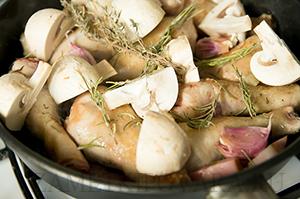 Фрикасе из куриных голеней с копчёной грудинкой и грибами