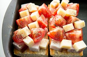 Горячие бутерброды с грудинкой, помидорами и сыром