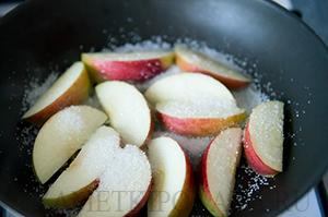Тосты с карамелизованными яблоками и бананами