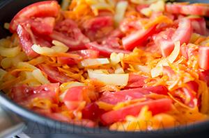 Жареные кабачки с морковью, болгарским перцем и помидорами