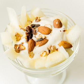 Десерт из дыни с йогуртом и орехами