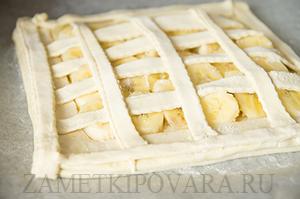 Пирог из слоеного теста с бананами