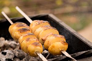 Запечённая картошка с грудинкой на мангале