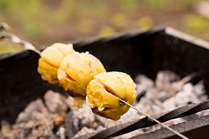 Яблоки с сахаром и корицей, запеченные на мангале