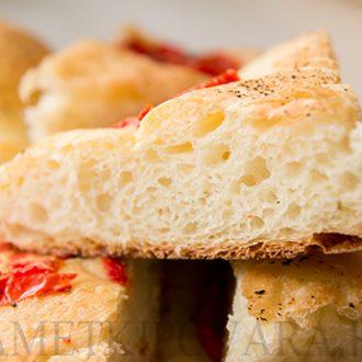 Белый хлеб с помидорами и базиликом