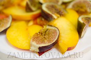 Салат с персиками и инжиром