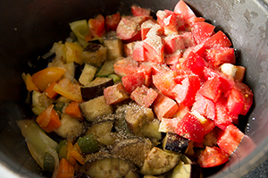 Овощное рагу с баклажанами и огурцами