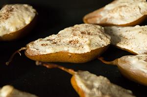 Груши, запеченные с творожным сыром и медом