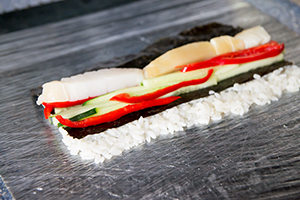 Ролл с масляной рыбой, овощами и кунжутом