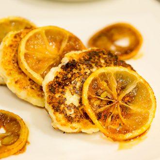 Сырники с цукатами и карамелизованными лимонами