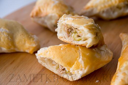 Пирожки из слоеного теста с консервированным тунцом, оливками и пармезаном