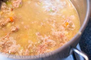 Суп с плавленным сыром, мясным фаршем и овощами