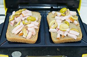 Сендвичи с копченной курицей и оливками