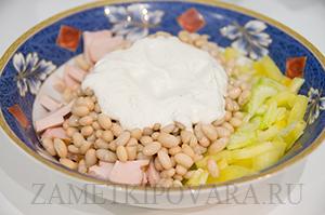 Салат из копченой курицы с фасолью