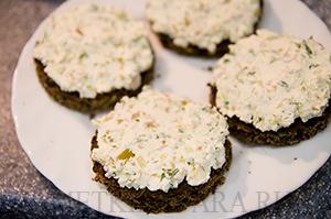 Бутерброды с творожным сыром и консервированным тунцом
