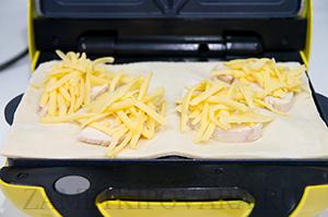Слойки с курицей и сыром в сендвичнице