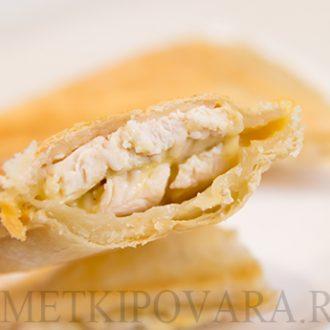 Слоеные пирожки с курицей и сыром в сендвичнице