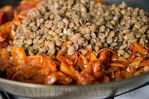 Тушенная капуста с чечевицей и колбасками