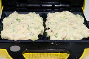 Несладкие вафли с копченой грудинкой и зеленым луком