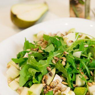Салат с рукколой, сыром Бри и грушей
