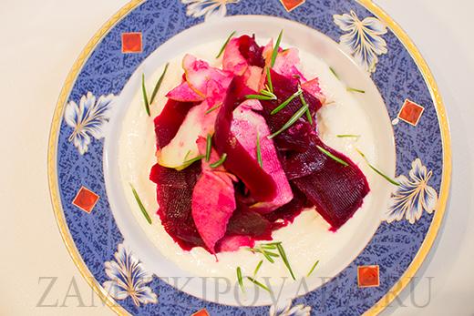 Свекольный салат с яблоками с кремом из брынзы