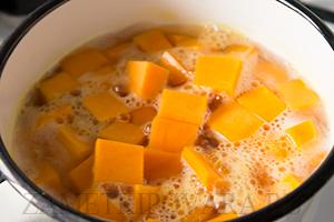 Тыквенный крем-суп с обжаренными креветками