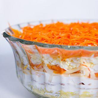 Слоеный салат из картофеля, консервированного тунца и корейской моркови