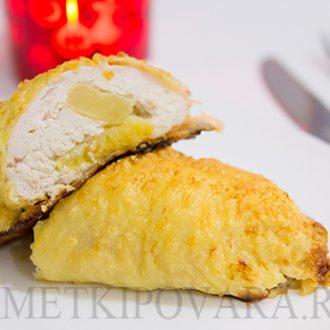 Запеченная куриная грудка, фаршированная ананасом