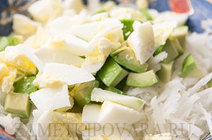Салат из раковых шеек, авокадо и дайкона