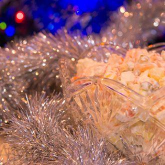 Салат Оливье с креветками и раковыми шейками