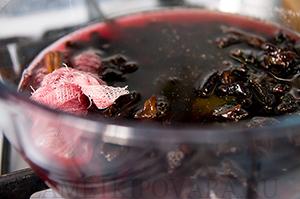 Домашний кекс с пряностями, красным вином и черносливом