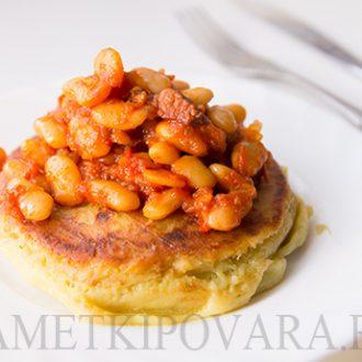 Картофельные оладьи с тушеной фасолью