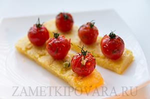 Жареная полента с запеченными помидорами