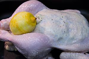 Ароматная запечённая курица, фаршированная нутом