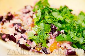 Салат из кус-куса со свеклой, изюмом и орехами