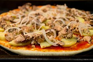Пицца с картофелем и консервированной рыбой