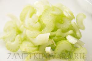 Теплый салат из макарон с фасолью и каперсами