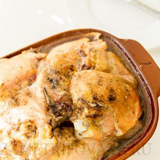 Курица, запеченная с луком в белом вине