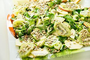 Салат с яблоком, киви и сельдереем под клубничным соусом