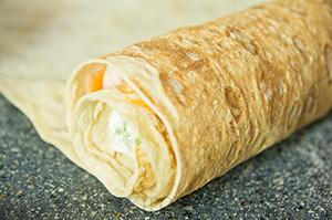 Рулет из лаваша с корейской морковью, огурцом и грудинкой