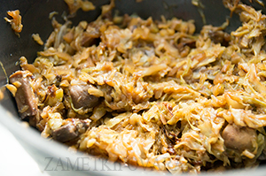 Тушёная молодая капуста с грибами
