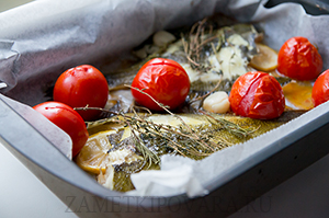 Запеченная камбала с помидорами