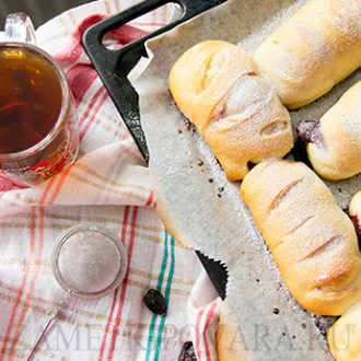 Сдобные булочки с вишней