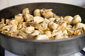 Тушеная цветная капуста с грибами и сметаной