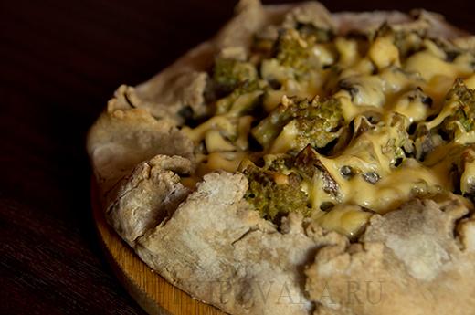 Ржаная галета с грибами и капустой романеско